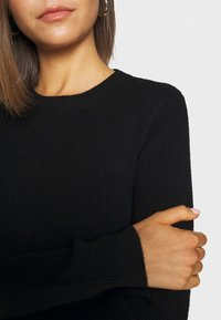 Pieces - PCBASSY O NECK - Sweter - black - 6