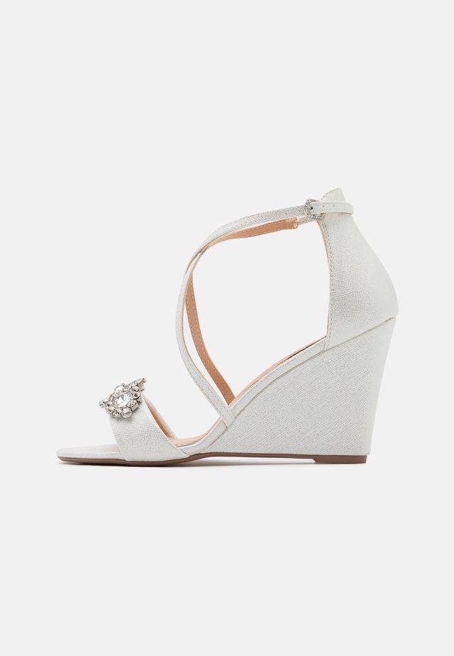 SIENNA - Sandales compensées - white