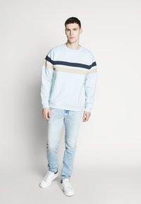 Bellfield - CUT AND SEW CREW NECK - Sweatshirt - pale blue - 1