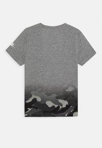 Nike Sportswear - TEXTURED CAMO MIDWAY TEE - Print T-shirt - carbon heather - 1