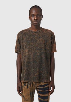 T-JUST-SLITS - Print T-shirt - black/brown