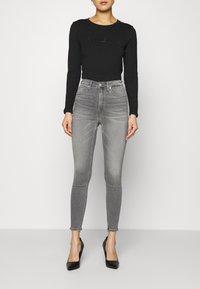 Calvin Klein Jeans - HIGH RISE SUPER SKINNY ANKLE - Jeans Skinny Fit - denim black - 0