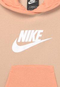 Nike Sportswear - HOODIE - Sweatshirt - shimmer/apricot agate/white - 2