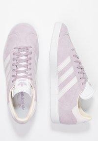 adidas Originals - GAZELLE - Sneakers laag - soft vision/orchid tint/ecru tint - 3