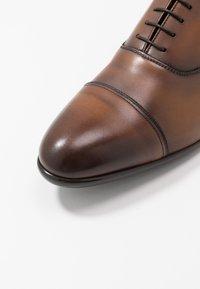 Doucal's - PISA - Elegantní šněrovací boty - radica brandy /testa di moro - 5