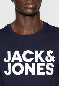 Jack & Jones - JJECORP LOGO TEE O-NECK - T-shirt z nadrukiem - navy blazer - 4