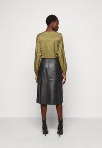 Selected Femme Tall - SLFOLLY  MIDI SKIRT - Leather skirt - black - 2