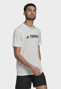 adidas Performance - TERREX PRIMEBLUE TRAIL FUNCTIONAL LOGO T-SHIRT - Printtipaita - white - 2