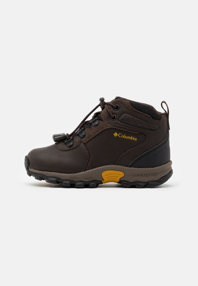 CHILDRENS NEWTON RIDGE UNISEX - Trekingové boty - cordovan/golden yellow