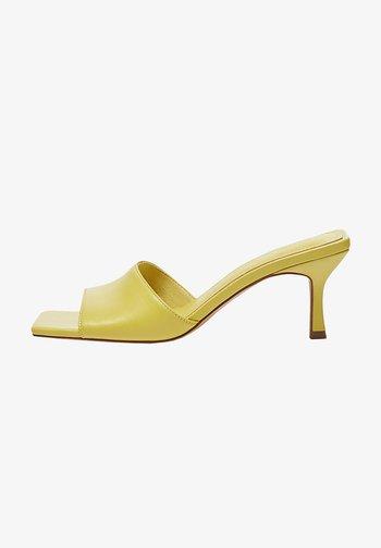 MIT KASTENFÖRMIGER ZEHENPARTIE - Heeled mules - yellow
