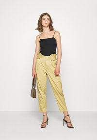 Scotch & Soda - CLEAN WITH DETACHABLE PLEATED BELT - Bukse - sand - 1