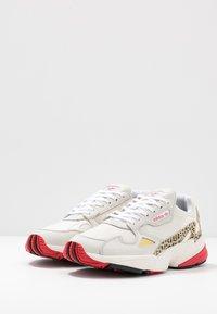 adidas Originals - Sneakersy niskie - chalk white/offwhite/scarlet - 6