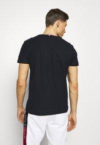 Tommy Hilfiger - T-shirt z nadrukiem - blue - 2