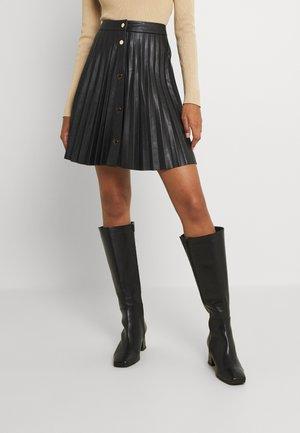 VIAMINA SHORT BUTTON COATED SKIRT - Falda plisada - black