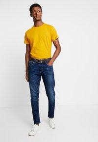 GANT - THE ORIGINAL - T-shirts basic - ivy gold - 1