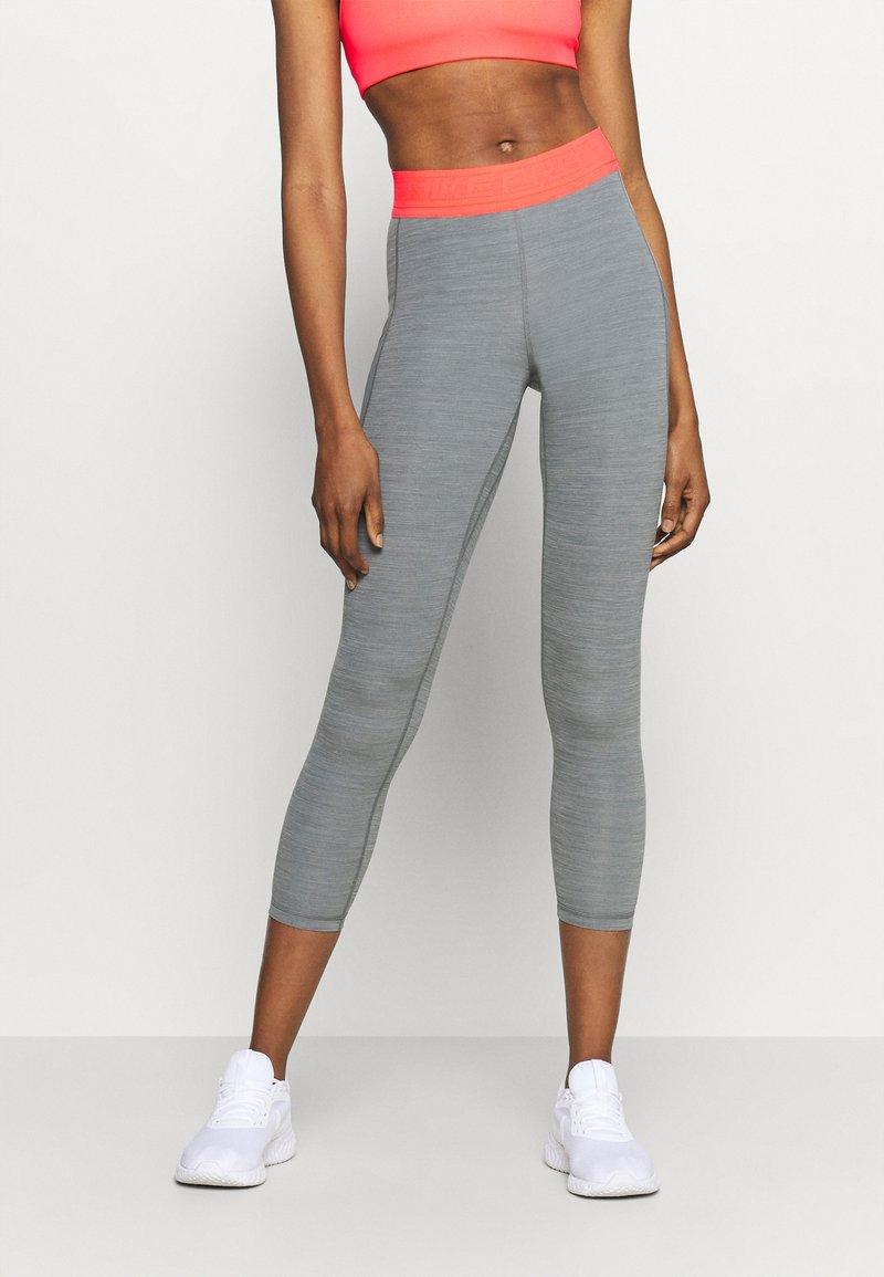 Nike Performance - 7/8 FEMME - Leggings - smoke grey heather/bright mango/white