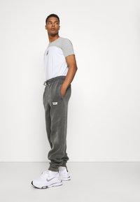 Vintage Supply - CORE OVERDYE  - Pantalon de survêtement - grey - 4