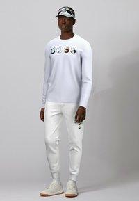 BOSS - Pantalon de survêtement - white - 1