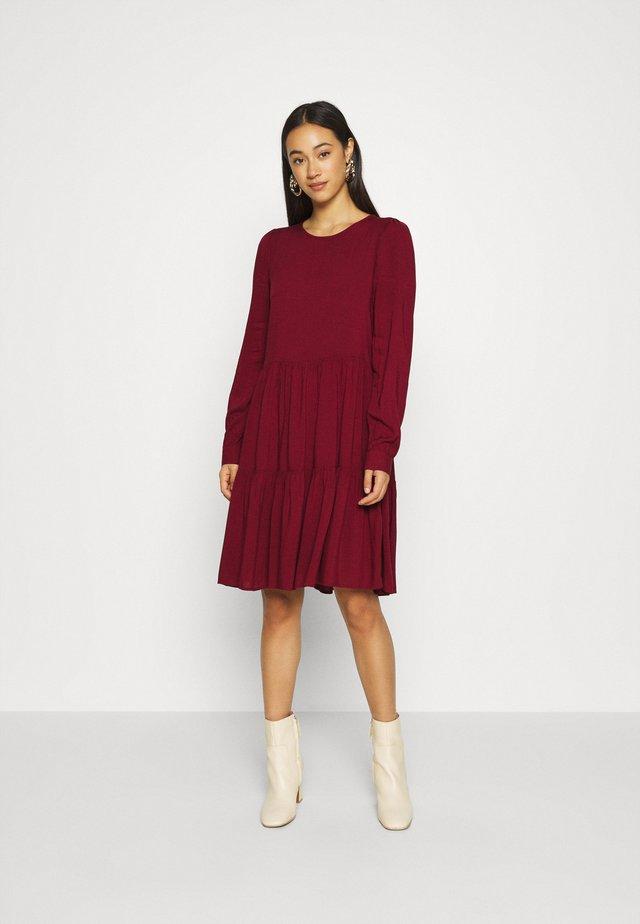 VMNADS GIRLIE DRESS - Denní šaty - cabernet