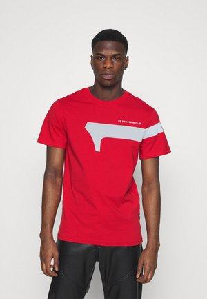 1 REFLECTIVE GRAPHIC R T  - Print T-shirt - dark candy