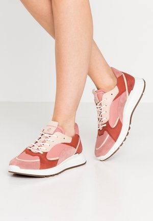 ST.1 - Trainers - salmon