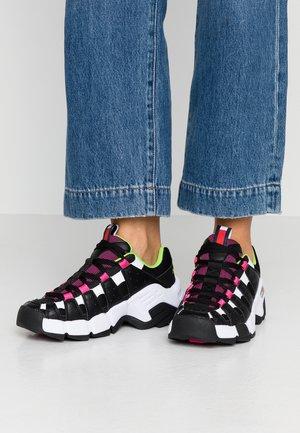 JAWZ  - Trainers - black/white/green gecko/pink glow