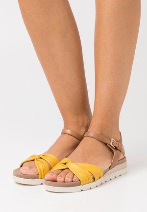 Sandály na klínu - lemon/nut