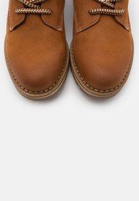 Tamaris - BOOTS - Šněrovací kotníkové boty - walnut - 5