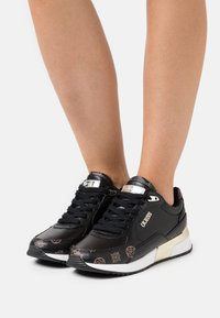 Guess - MOXEA - Sneakers laag - black/brown - 0