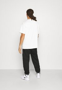 Nike Performance - NBA MOVE TO TEE - T-shirt med print - pure - 2