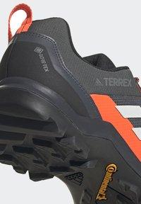 adidas Performance - TERREX AX3 GTX - Vaelluskengät - grey/light red - 7