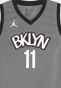 Nike Performance - NBA BROOKLYN NETS KYRIE IRVING BOYS STATEMENT SWINGMAN - Klubové oblečení - dark grey heather