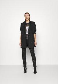 Wrangler - OVERSIZED TEE - Print T-shirt - washed black - 1