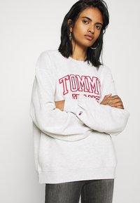 Tommy Jeans - COLLEGIATE LOGO CREW - Sweatshirt - silver grey - 3