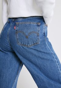 Levi's® - HIGH LOOSE - Vaqueros a campana - blue denim - 4