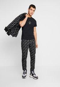 Calvin Klein Jeans - SMALL LOGO SLIM TEE - Triko spotiskem - black beauty/silver - 1