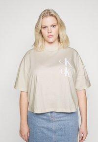 Calvin Klein Jeans Plus - OVERSIZED TEE - Camiseta estampada - soft cream - 0