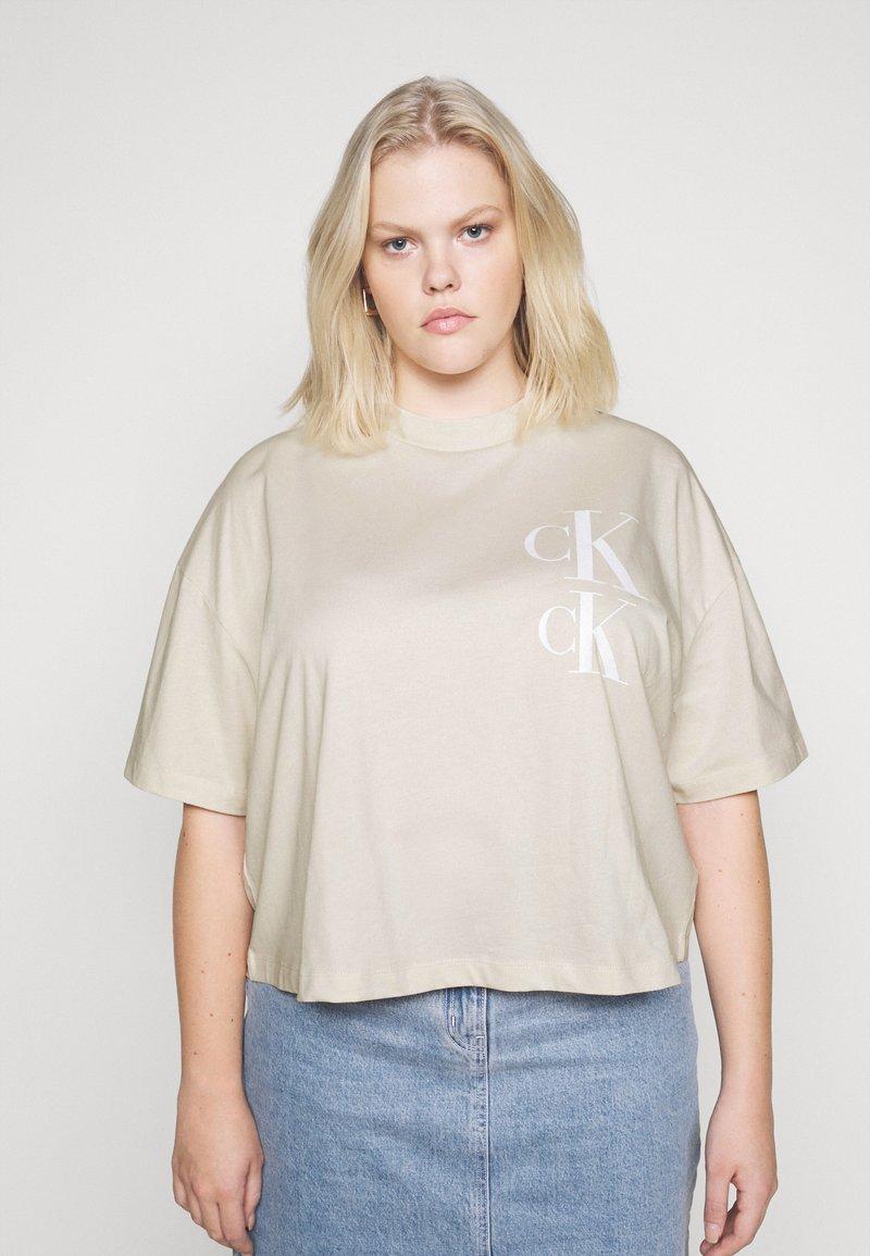 Calvin Klein Jeans Plus - OVERSIZED TEE - Camiseta estampada - soft cream