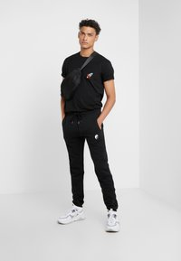 Bricktown - PANTS MAN SMALL YIN YANG - Jogginghose - black - 1
