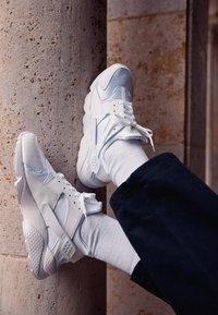 Nike Sportswear - AIR HUARACHE UNISEX - Trainers - white/pure platinum - 2
