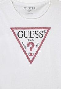 Guess - JUNIOR CORE - Print T-shirt - white/pink - 2