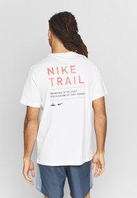 Nike Performance - DRY TEE TRAIL - Camiseta estampada - sail - 2
