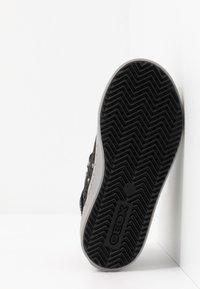 Geox - KALISPERA GIRL - Sneakersy wysokie - black/dark silver - 5
