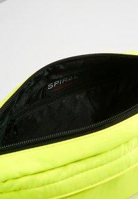 Spiral Bags - CROSSBODY BUM BAG - Ledvinka - neon yellow - 4