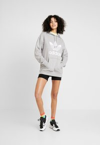 adidas Originals - ADICOLOR TREFOIL HODDIE SWEAT - Jersey con capucha - medium grey heather/white - 1