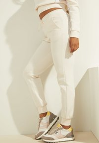 Guess - Tracksuit bottoms - creme - 3