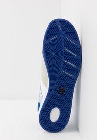 Umbro - CHALEIRA II PRO - Halové fotbalové kopačky - white/black/regal blue - 4