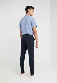 Les Deux - COMO LIGHT SUIT PANTS - Pantaloni eleganti - navy - 2
