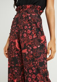Hope & Ivy Tall - TROUSERS RED PRINT - Bukse - black/red - 4