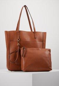 Steve Madden - BKIMMY SET - Tote bag - cognac - 6